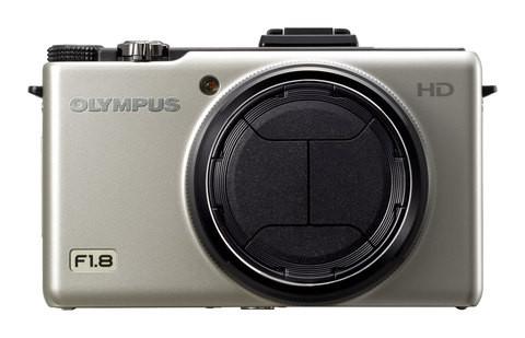Эта крышка открывается и закрывается автоматически при включении/выключении камеры.  В дополнение к традиционному...
