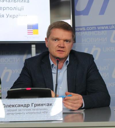 Сбанковских карточек украинцев исчезают миллионы гривен