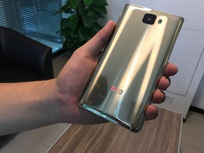 Вweb-сети появились фотографии золотого Elephone S8